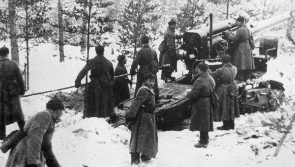 финская война 1939-1940 гг. Бойцы Красной Армии обстреливают финские укрепления из артиллерийского орудия. Карелия.