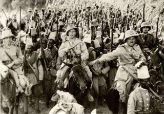 Итальянские офицеры во главе туземных солдат из Эритреи входят в столицу Эфиопии
